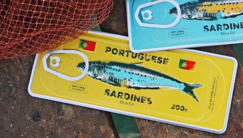 Placa Aluminio Portugal Mini Sardinha no Fundo Amarelo - Ocean Plates Placas em Aluminio